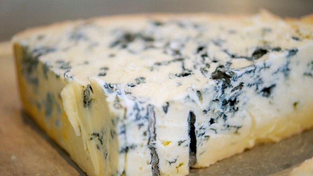 Es falso que el queso azul se haga con gusanos. El casu marzu, ilegal pero producido en forma casera en italia, se hace con larvas de moscas