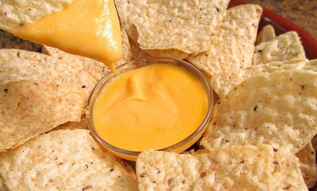 Nachos con queso cheddar fundido